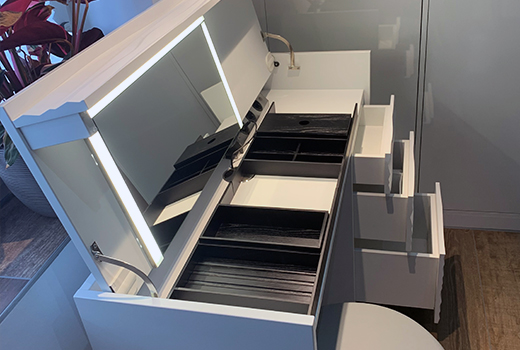 ... Pinselfächer, Licht und genügend Stauraum für alle Produkte.