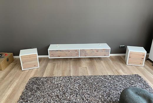 Das fertige TV-Board mit passender Optik zum Holzfußboden fügt sich nahtlos in den Raum ein.