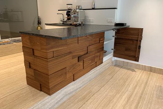 Mit viel Stauraum und einer schicken Holzvertäfelung ist diese Bar der Hingucker des Raumes!