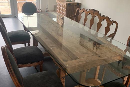 Die Werkbank-Optik des Tisches, ist ein echter Hingucker.