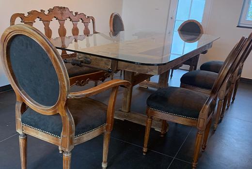 Die Stühle in passender Holzoptik runden die Sitzgruppe ab