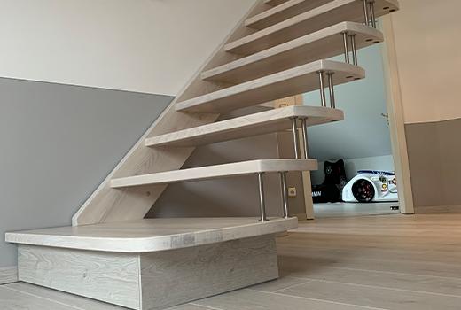 Dieses Haus hat eine schicke, neue Treppe bekommen - passend zum Fußboden